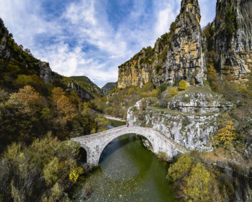 Our guest house is located 30 kilometres from the city of Ioannina, centrally located for all types of activities and levels, where the Vikow Gorge starts. It is built as an amamphitheatre formation in the lush region of Central Zagori.