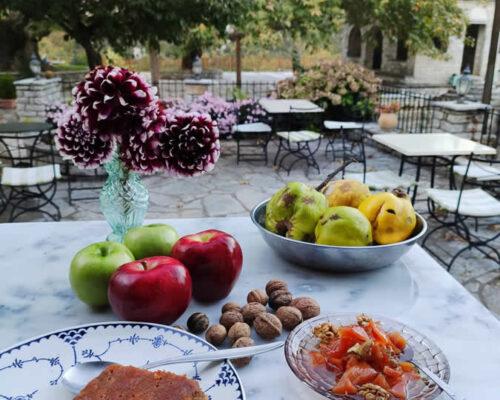 Το εστιατόριο του Εν Χώρα Βεζίτσα είναι γεμάτο με τοπικά προϊόντα και με την τοπική κουζίνα βαθιά ριζωμένη στο DNA του. Όλα οι φυσικές δημιουργίες φτιάχνονται με φρέσκα, όσο το δυνατόν βιολογικά τρόφιμα, που καλλιεργούνται κυριολεκτικά μπροστά στην πόρτα του ξενοδοχείου μας